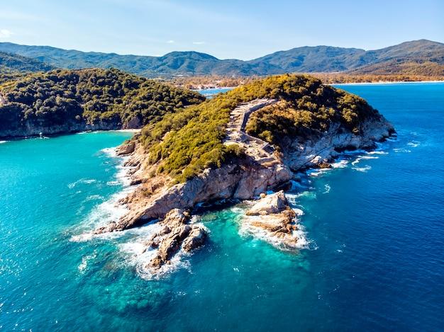 Luchtfoto van de drone van zee en rotsen in olympiada halkidiki griekenland