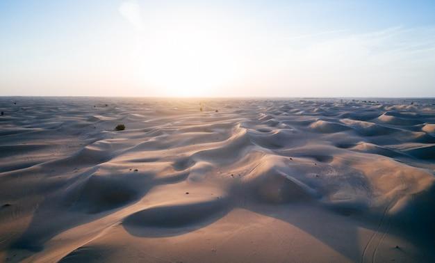Luchtfoto van de duinen in de desrt van dubai, verenigde arabische emiraten