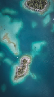 Luchtfoto van de eibsee met eilanden en bomen aan de oever van het meer