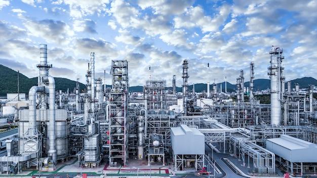 Luchtfoto van de fabriek met pijpen en buizen