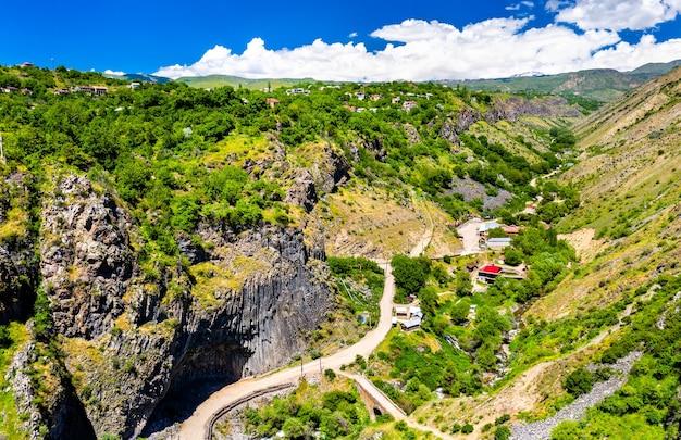 Luchtfoto van de garni-kloof met unieke basaltkolomformaties. armenië