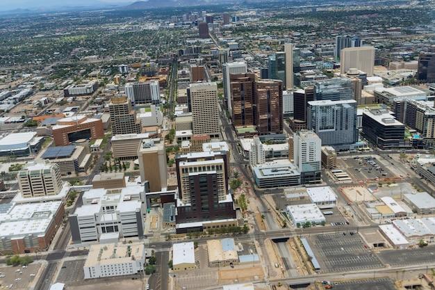 Luchtfoto van de groei van het centrum van phoenix, arizona, kijkend naar het westen in de verte