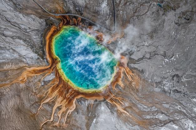 Luchtfoto van de grote prismatische lente in het nationale park van yellowstone, verenigde staten