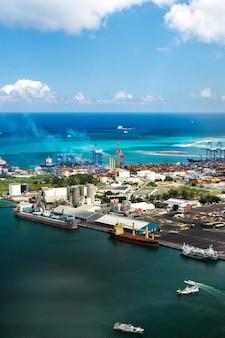 Luchtfoto van de haven aan de waterkant van port louis, mauritius, afrika.