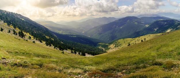 Luchtfoto van de hoge bergen van de spaanse pyreneeën in de ordesa-vallei