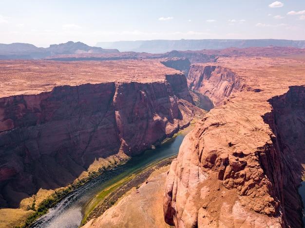 Luchtfoto van de horseshoe bend aan de rivier colorado in de buurt van de stad arizona, vs