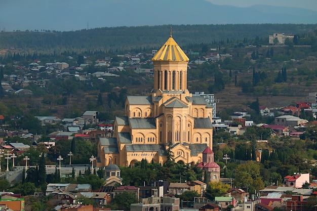Luchtfoto van de kathedraal van de heilige drie-eenheid van tbilisi, ook bekend als sameba, tbilisi, georgië