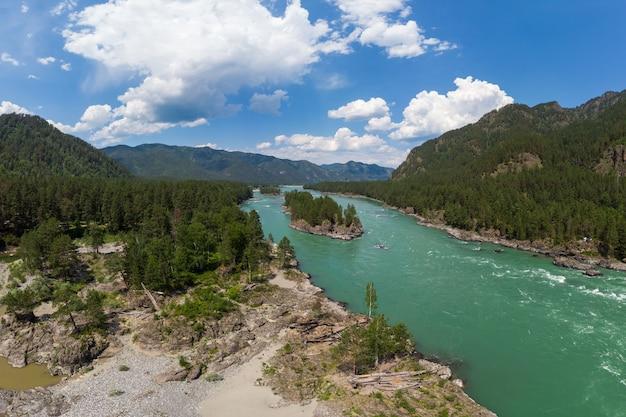 Luchtfoto van de katun-rivier