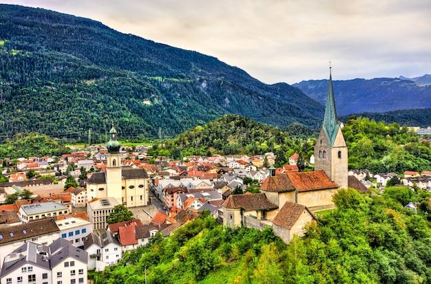 Luchtfoto van de kerk van st. johannes de doper en de dormition-kerk in domat, het kanton graubünden in zwitserland