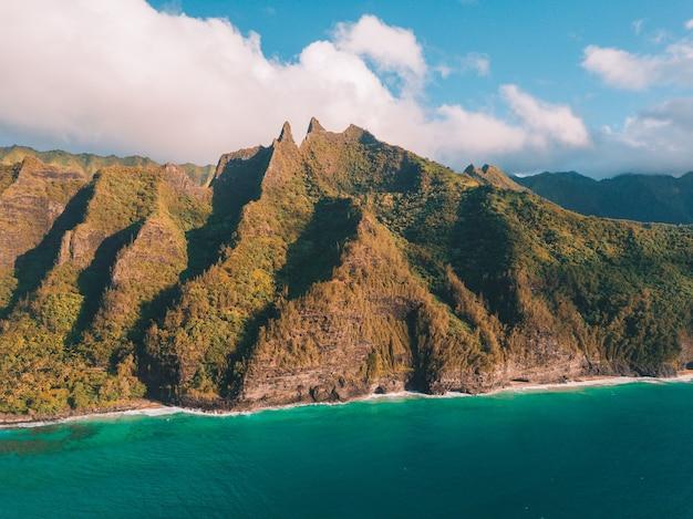 Luchtfoto van de kliffen aan de kust van na pali in hawaï