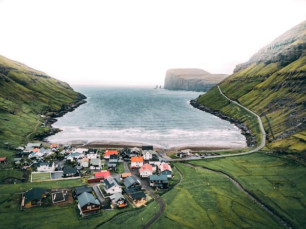 Luchtfoto van de kust van de atlantische zee op de faeröer
