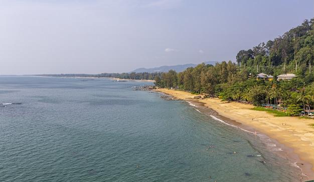 Luchtfoto van de kustlijn op zonnige dag