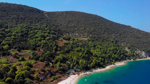 Luchtfoto van de kustlijn van de zee in tropisch eiland.