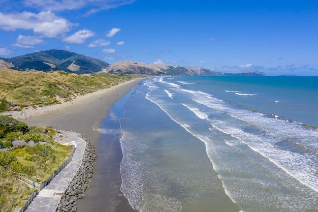 Luchtfoto van de kustlijn van kapiti nabij de steden raumati en paekakariki in nieuw-zeeland