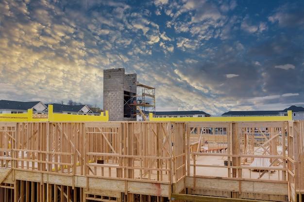 Luchtfoto van de liftschacht voor het bouwen van betonblokken in aanbouw Premium Foto