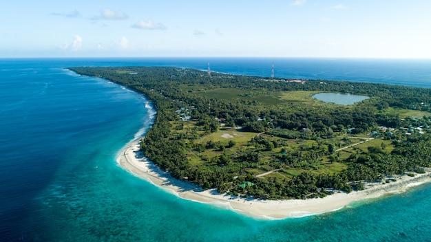 Luchtfoto van de malediven met het prachtige strand, de helderblauwe zee en de oerwouden