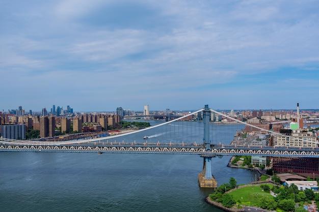 Luchtfoto van de manhattan-brug door de east river naar het district in skyline manhattan america.