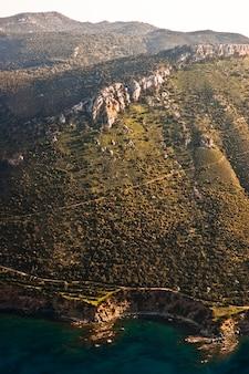 Luchtfoto van de mediterrane kustlijn
