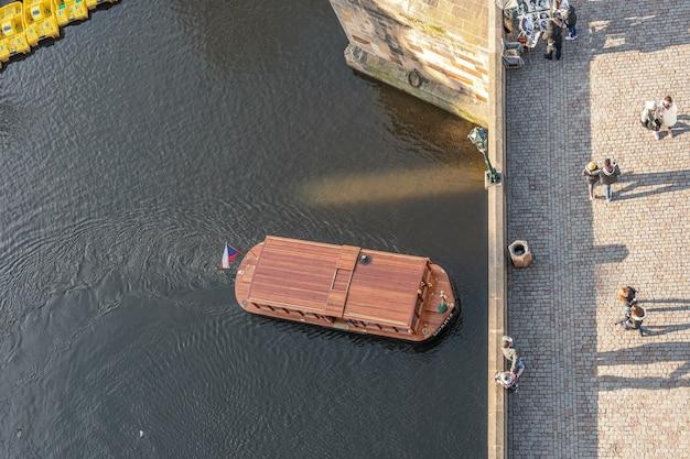 Luchtfoto van de mensen die de karelsbrug in praag oversteken.