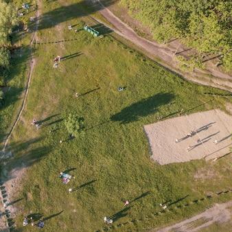 Luchtfoto van de mensen op een picknick in een zomer park