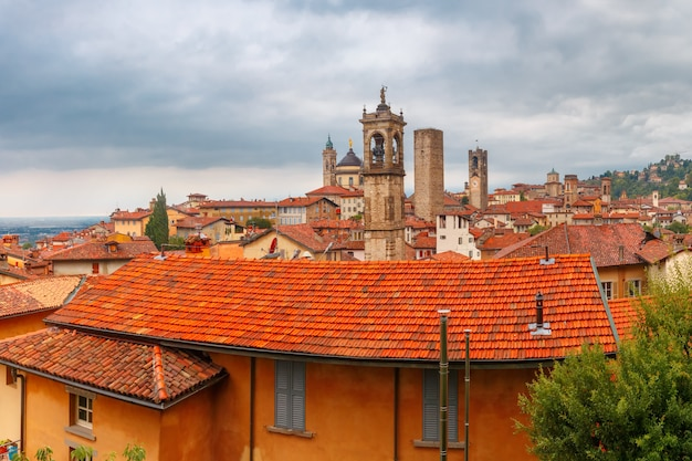 Luchtfoto van de middeleeuwse bovenstad bergamo in lombardije, italië