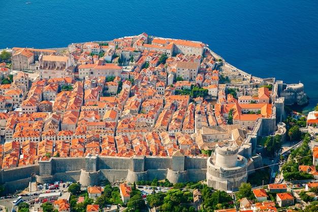 Luchtfoto van de middeleeuwse oude stad dubrovnik met zijn gezellige architectuur, zuid-dalmatië, kroatië