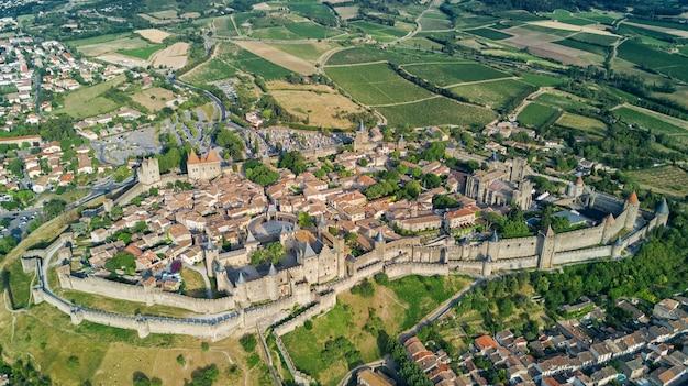 Luchtfoto van de middeleeuwse stad en vestingkasteel van carcassonne