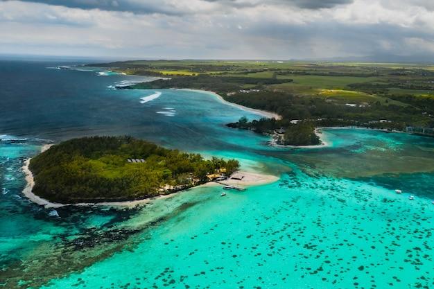Luchtfoto van de oostkust van mauritius. prachtige lagune van mauritius island geschoten van bovenaf. boot die in turkooise lagune vaart