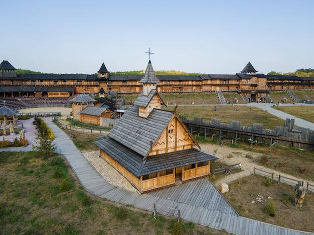 Luchtfoto van de oude houten middeleeuwse christelijke kerk