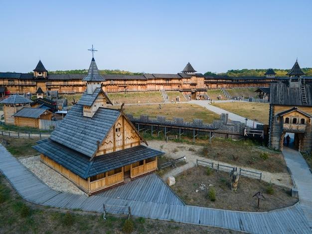 Luchtfoto van de oude houten middeleeuwse christelijke kerk Premium Foto
