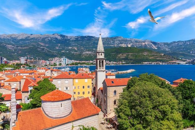 Luchtfoto van de oude stad budva, de toren van st john the baptists church, montenegro.