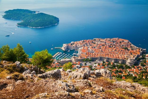 Luchtfoto van de oude stad dubrovnik en het eiland lokrum, zuid-dalmatië, kroatië