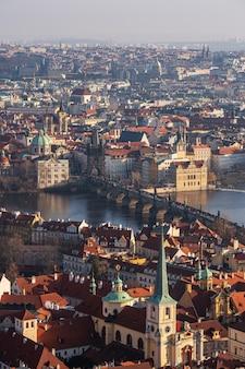 Luchtfoto van de oude stad met de karelsbrug in praag.