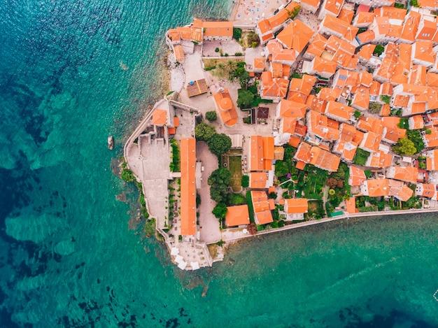 Luchtfoto van de oude stad van budva, montenegro