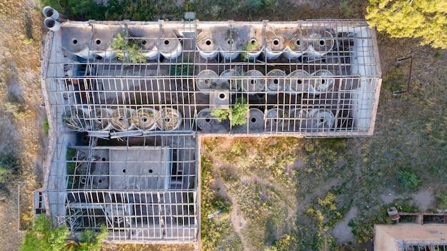 Luchtfoto van de oude verwoeste wijnmakerij uit 1906. bovenaanzicht van de wijnopslagtanks.