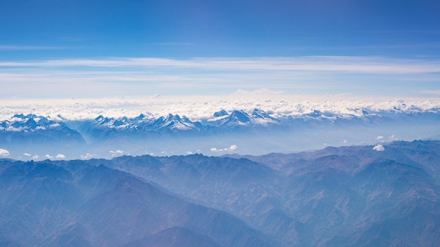 Luchtfoto van de peruaanse andes. hooggelegen bergketen en gletsjers
