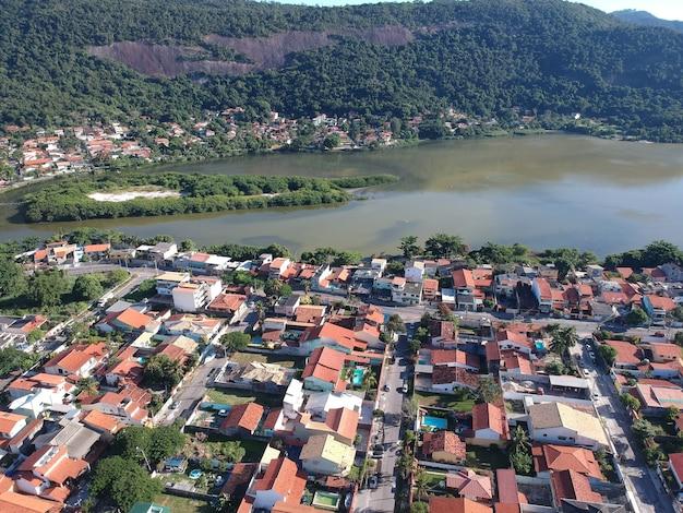 Luchtfoto van de piratininga-lagune in niterãƒâƒi, rio de janeiro. zonnige dag. drone foto.