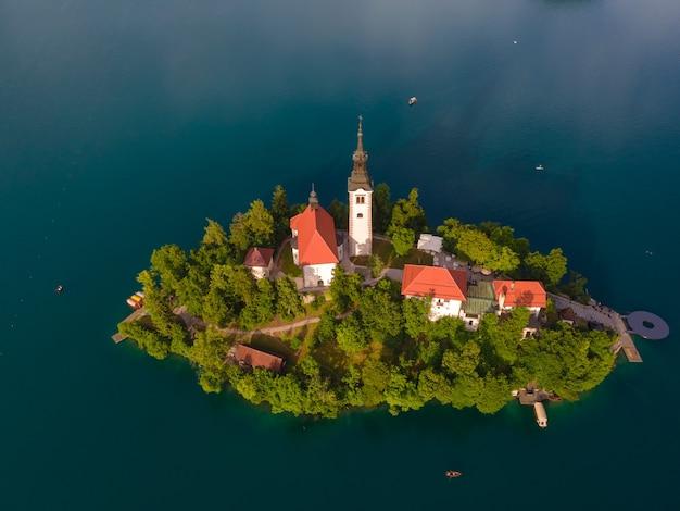 Luchtfoto van de prachtige bedevaartskerk op een klein eiland aan het meer van bled, slovenië