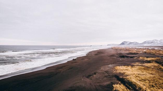 Luchtfoto van de prachtige kustlijn en het zandstrand en de geweldige hemel