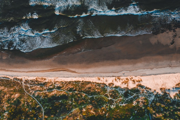 Luchtfoto van de prachtige kustlijn met zandstranden