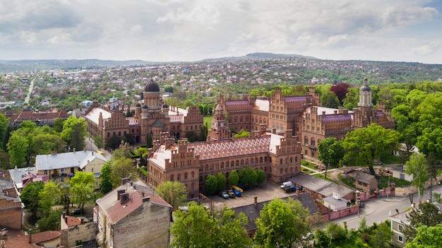 Luchtfoto van de residentie van bukovinian en dalmatian metropolitans. nationale universiteit van chernivtsi. chernivtsi toeristische bestemming van west-oekraïne.