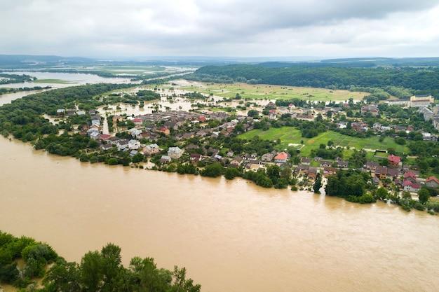 Luchtfoto van de rivier de dnister met vuil water en ondergelopen huizen in de stad halych, west-oekraïne.