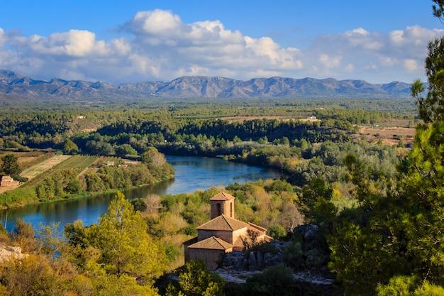 Luchtfoto van de rivier de ebro en het dorp mirabet