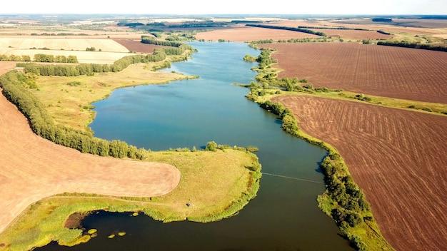 Luchtfoto van de rivier tussen de tarwevelden