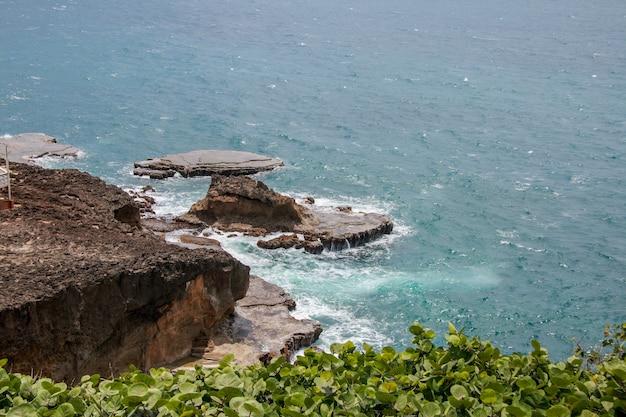 Luchtfoto van de rotsformaties die de zee en planten binnenkomen