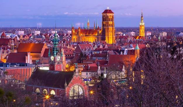 Luchtfoto van de sint-mariakerk en het stadhuis 's nachts in gdansk