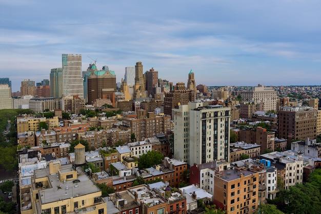 Luchtfoto van de skyline met wolkenkrabbers in het centrum van new york in brooklyn aan de hudson-rivier Premium Foto