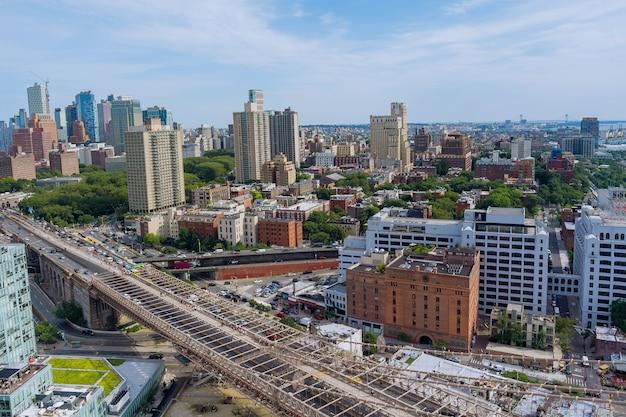 Luchtfoto van de skyline met wolkenkrabbers in het centrum van new york in brooklyn aan de hudson-rivier
