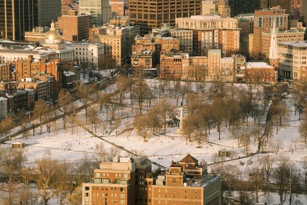 Luchtfoto van de skyline van boston en boston common park in massachusetts, vs bij zonsondergang in de winter