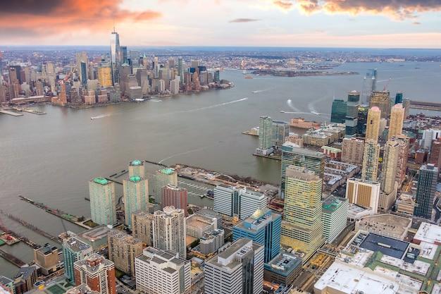 Luchtfoto van de skyline van manhattan en new jersey bij zonsondergang, new york city in de verenigde staten
